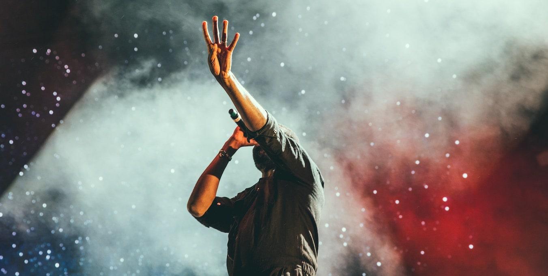 ステージで熱唱する歌手の姿です。