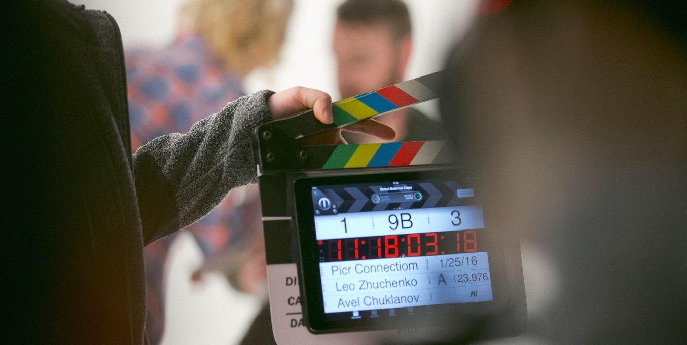 役者オーディションについて解説した記事内のイメージ画像です。撮影前の緊迫した空気が伝わるスタジオ内の様子が写っています。