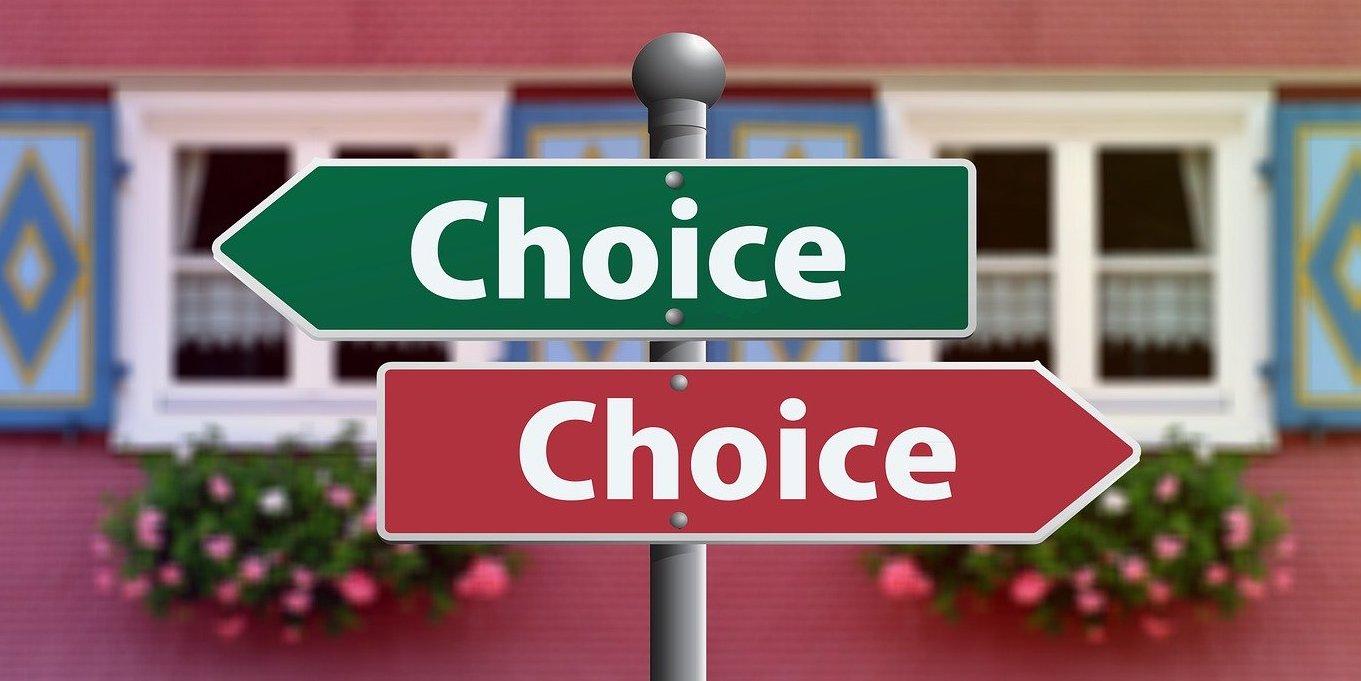 芸能人になるにはどういう心構えが必要で、どういう方法があるかを説明する記事中のイメージ画像です。右と左へ分かれた「choice(選択)」と書かれた標識が写っています。