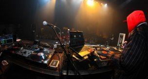オーディション番組「ラップスタア誕生」について記された記事中のイメージ画像です。観衆の前でプレイするDJとステージ上のラッパーの姿が写っています。