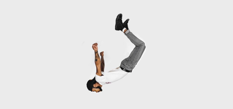 アメリカンダンスアイドルという米国の番組について説明した記事のイメージ画像です。ジャンプしたダンサーがうつぶせで手足を後方にそらします。