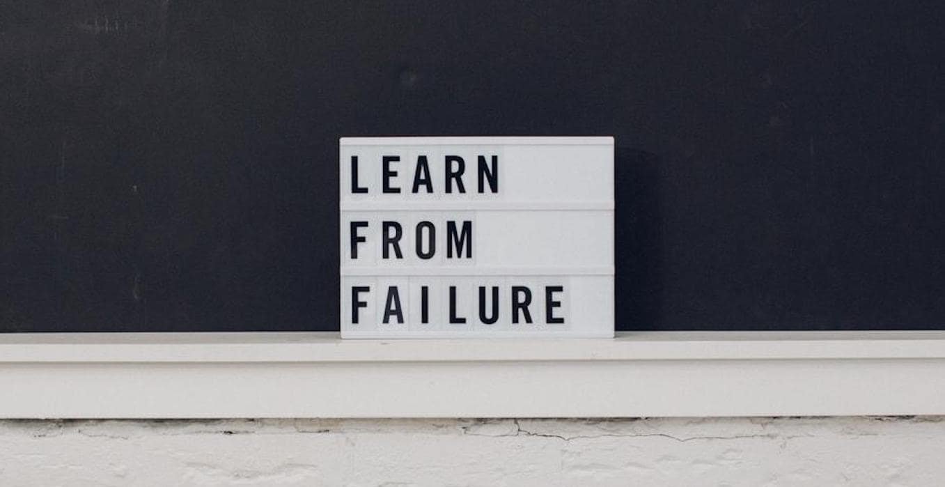 オーディションが不合格だった時の気持ちの切り替え方を解説する記事のイメージ画像です。英語の文字で「失敗から学ぶ」と書かれています。