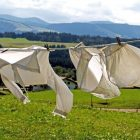 天気の良い晴れた日に洗濯物を干している