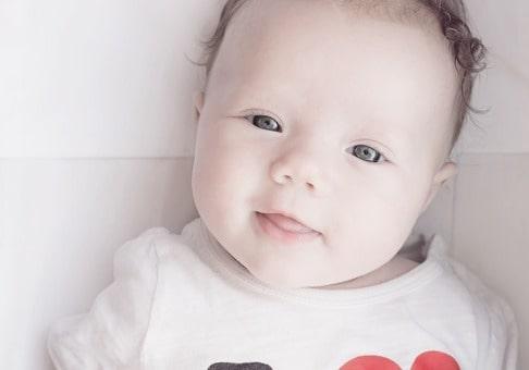 赤ちゃんがこちらに微笑んでいる様子