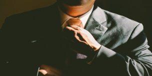 コメンテイターとして活躍する男性がネクタイを占めている様子