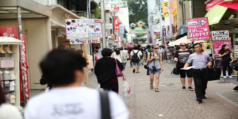 「原宿でスカウトされやすい場所・時間帯・コツを教えます」という記事中のイメージ画像です。原宿で数人の人が歩いています。