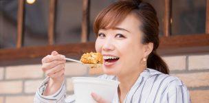 食レポする女性