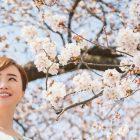 桜の下でほほ笑む女性