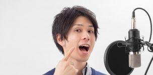 発声練習する男性